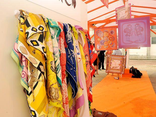 b1c2f54eda9 Uma das marcas mais luxuosas trouxe para a estação lenços pintados à mão